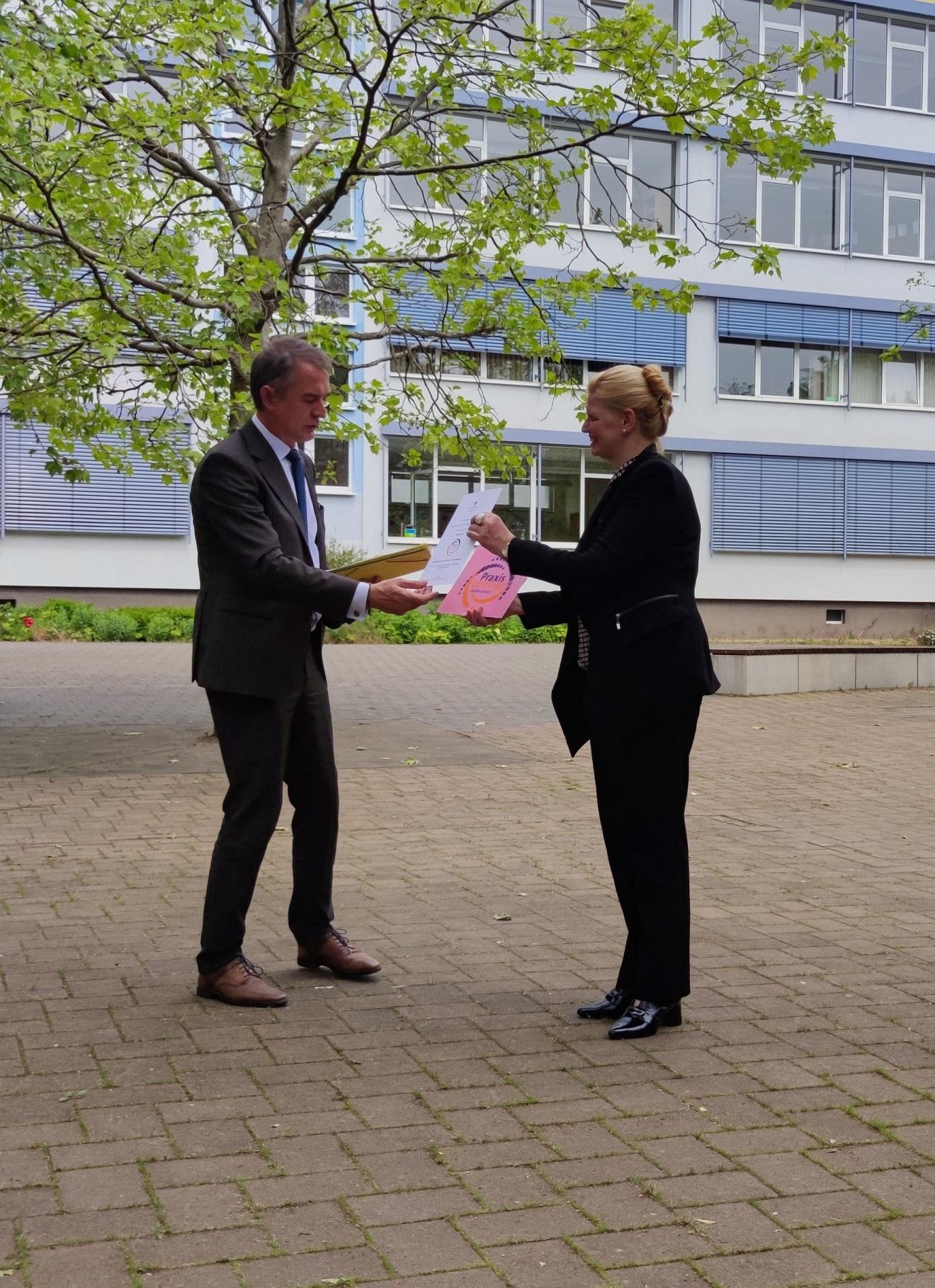 Siegelübergabe durch den Bildungsminister Marco Tullner